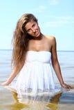 海滩美丽的性感的妇女 免版税库存照片