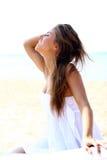 海滩美丽的性感的妇女 免版税图库摄影