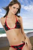 海滩美丽的深色的女性年轻人 免版税库存照片