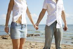 海滩美丽的爱人员 免版税库存图片