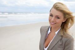 海滩美丽的白肤金发的妇女 免版税库存照片