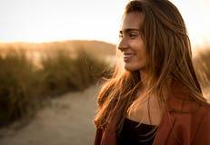 海滩美丽的纵向妇女 免版税库存照片