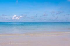 海滩美丽的蓝色展望期天空泰国 图库摄影