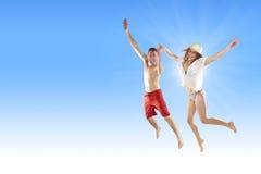 海滩美好的夫妇跳的年轻人 免版税库存图片