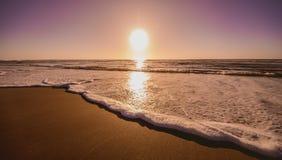 海滩美好的日出 在海滨的日出 库存照片