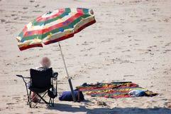 海滩老妇人 免版税库存照片