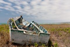 海滩老小船捕鱼 库存图片