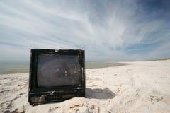 海滩老电视 免版税库存照片