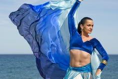 海滩肚皮舞表演者 免版税库存图片