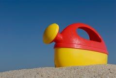 海滩能塑料玩具浇灌 库存图片
