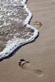 海滩脚印通知 免版税库存照片