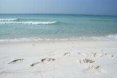 海滩脚印铺沙白色 免版税库存图片
