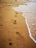 海滩脚步波浪 免版税库存照片