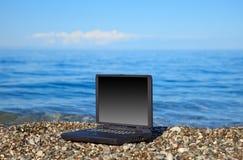 海滩膝上型计算机 库存照片