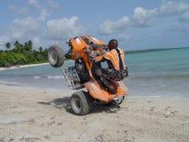 海滩自行车前轮离地平衡特技 免版税库存图片