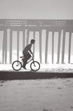 海滩自行车男孩 图库摄影