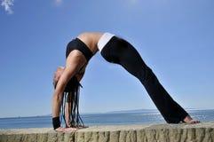 海滩舒展瑜伽 免版税库存照片