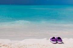 海滩色的对铺沙空白的凉鞋 免版税库存图片