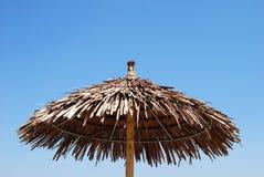 海滩芦苇伞顶层 免版税库存图片