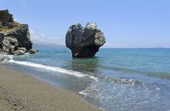 海滩著名preveli岩石 免版税图库摄影