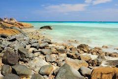 海滩蓝色岩石海运 库存照片