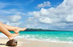 海滩行程s妇女 库存图片