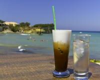 海滩被冰的咖啡异乎寻常 免版税库存照片