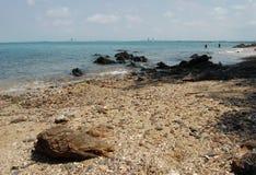 海滩被形成的岩石 免版税库存图片