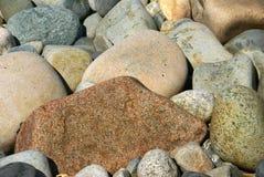 海滩被舍入的小卵石岩石 库存照片
