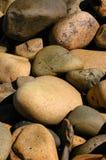 海滩被舍入的小卵石岩石 免版税库存照片