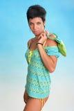 海滩装美丽的女性年轻人 免版税库存照片