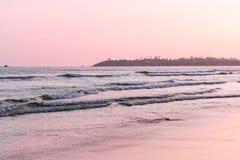 海滩视图墙纸,在海滩的日落 与软的焦点的被弄脏的照片 免版税库存照片