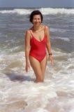 海滩讲西班牙语的美国人妇女 免版税图库摄影