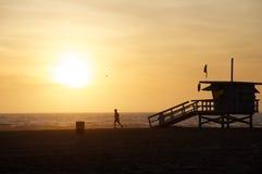 海滩赛跑者日落 免版税库存照片