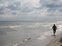 海滩赛跑者 库存照片