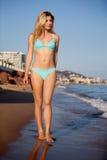 海滩走的妇女 库存图片