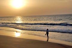 海滩走的妇女 免版税图库摄影