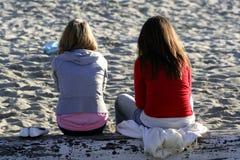 海滩走读女生温暖 图库摄影