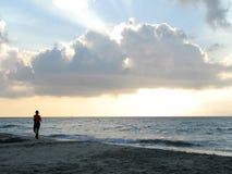 海滩跑步 库存照片