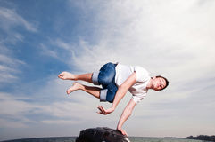 海滩跳的人 免版税图库摄影