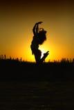 海滩跳的妇女 免版税库存图片