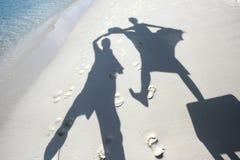 海滩跳舞铺沙影子 免版税库存图片