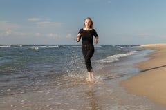 海滩连续妇女 免版税图库摄影