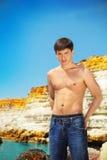 海滩适合的人纵向性感的年轻人 免版税图库摄影