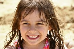 海滩逗人喜爱的女孩一点 免版税库存图片