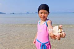 海滩逗人喜爱的女孩一点 免版税库存照片