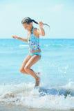 海滩逗人喜爱的女孩 图库摄影