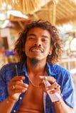 海滩酒吧的友好的侍酒者Rastaman在I海滩  库存图片