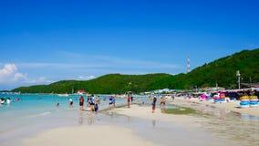 海滩酸值的Larn小船等待的游人 著名旅游胜地和普遍 库存照片