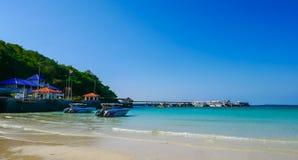 海滩酸值的Larn小船等待的游人 著名旅游胜地和普遍 图库摄影
